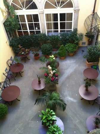 Relais Santa Croce: Top view of the garden in the hotel