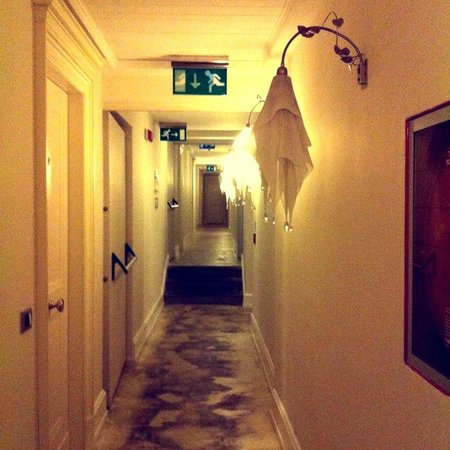 Relais Santa Croce: The hallway to the rooms