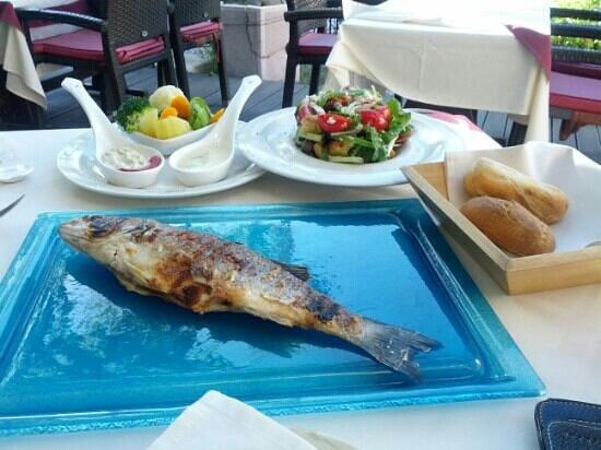 Platanos: рыба дня и салат