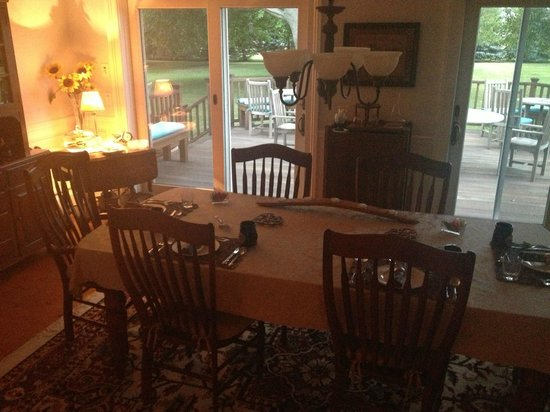 The Coffey House Bed & Breakfast: Dining area and view of the back porch