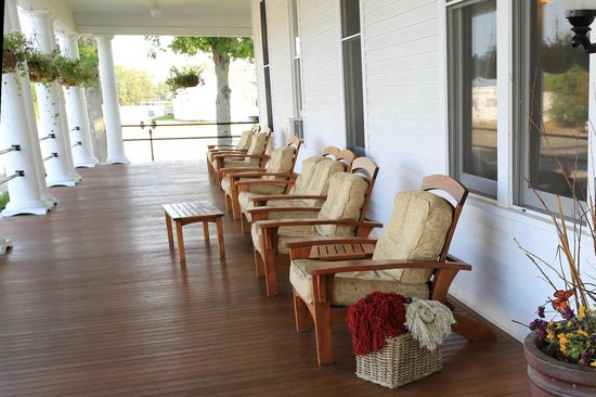 Sacajawea Hotel: Porch chairs are so comfortable. Perfect for relaxing.