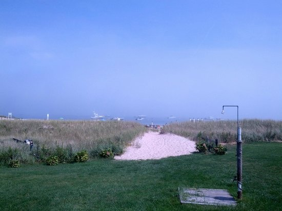 Hawthorne Motel : View from the yard towards the beach