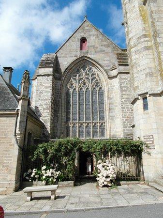 Basilique Notre Dame du Roncier : Ingresso della torre campanaria