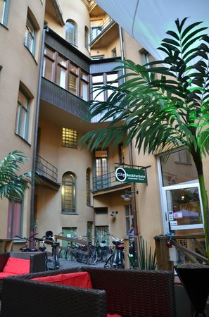 City Backpackers Hostel: Courtyard