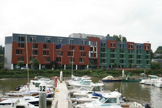 Hotel du Casino: Hôtel vu de l'autre côté du port de plaisnace