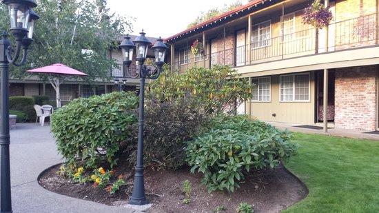 Village Inn: Front courtyard