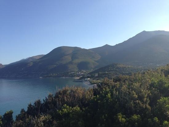 Residence Arinella : Au loin, vue de la plage avec la résidence au dessus.