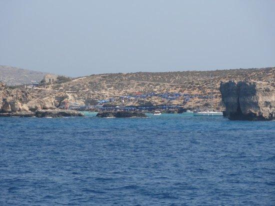 Gozo Ferry Port: Isla de Comino desde el ferry.