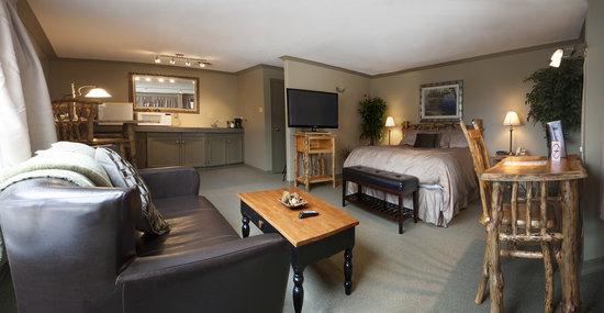 Nature's Inn Red Lake: Log Furniture Executive Suite