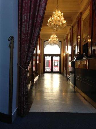 Hotel Praga 1885: трамвай прям за дверью)