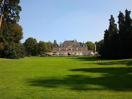 Hotel du Parc des Eaux-Vives: A closer view of the Hotel from the middle of the park's lawn