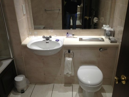 Macdonald Inchyra Hotel & Spa: Bathroom