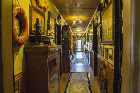 Historic Anchor Inn: One of the charming hallways