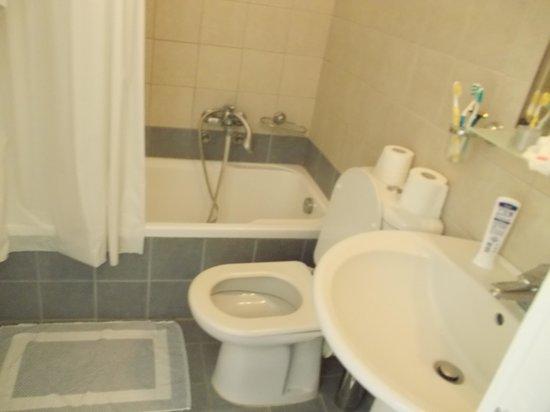 Dionysos Seaside Resort : salle de bain un peu petite mais bon