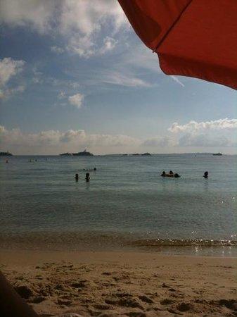 La plage des iles : la vue des transats de la plage des îles