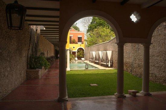 Hotel Hacienda VIP : patio avec piscine et espace petit déjeuner