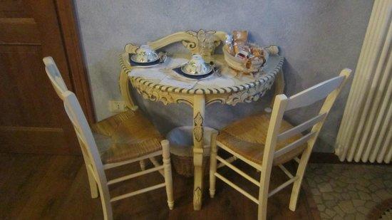 Il Giardino Delle Emozioni: Il tavolino per la colazione in camera