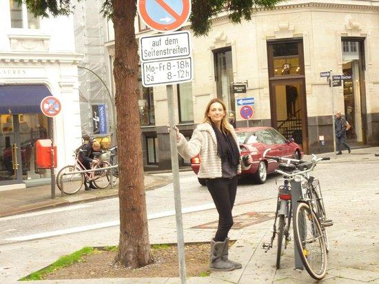 Hamburg Marriott Hotel: Calle a la salida del hotel