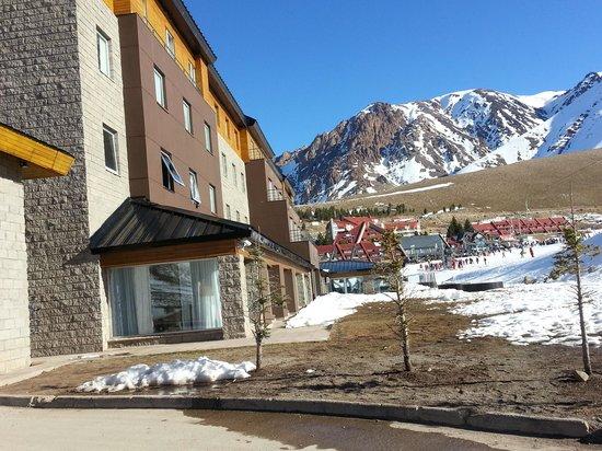 Virgo Hotel and Spa - Las Lenas: vista lateral que da a las pistas