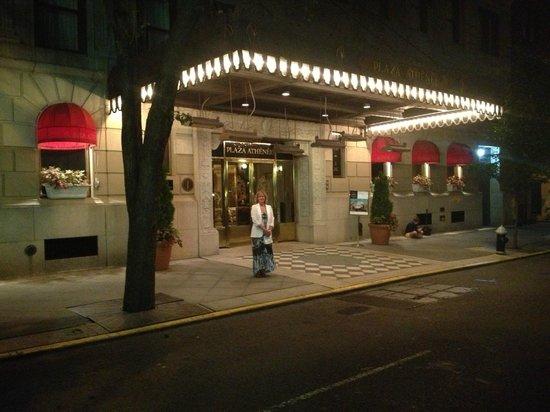 Hotel Plaza Athenee New York: Entrance