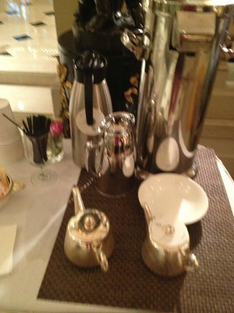 Hotel Plaza Athenee New York: Complimentary tea and coffee  cart in lobby until 9 am only!!!