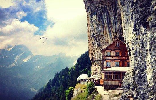Weissbad, Suisse : Molti parapendii nel cielo del rifugio