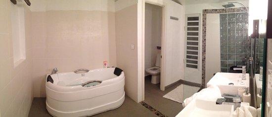 Esprit-Libre Restaurant & Guest-House: Salle de bain suite deluxe douche et baignoire