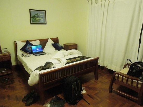 Phasouk Residence: room