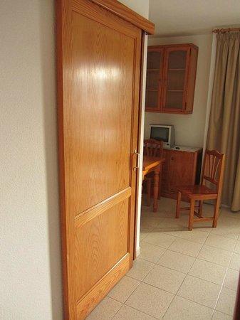 Apartamentos Centrocancajos: Dining room and kitchen door (closed)