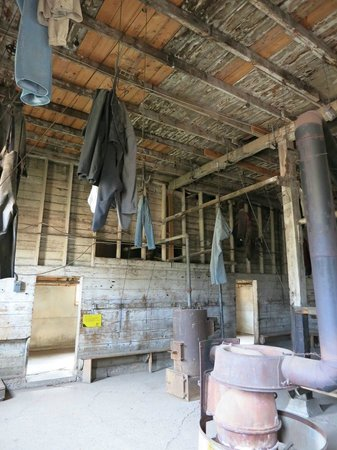 Atlas Coal Mine National Historic Site: 向こうがシャワーを浴び、手前で洗った服をぶら下げて乾かす。