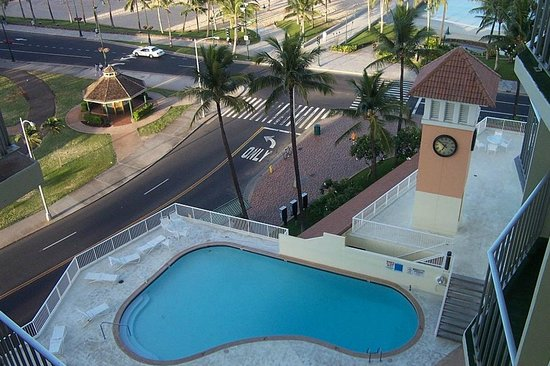 Park Shore Waikiki: The pool on 2nd floor and streets under