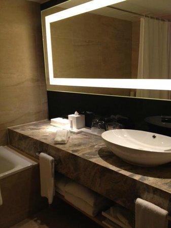 Gateway Hotel Hong Kong: Bathroom