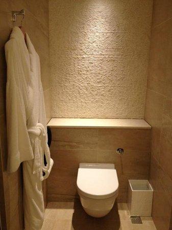 Gateway Hotel Hong Kong: Toilet