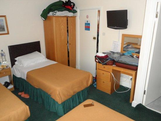 London Town Hotel : il letto matrimoniale della stanza (da 4 persone)