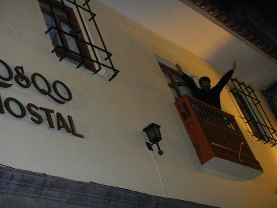 Qosqo Hostal: saludando desde el balconcito de la habitacion