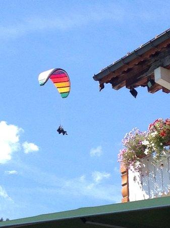 Hotel La Clef des Champs : Ballet de parapente au-dessus de la Clef
