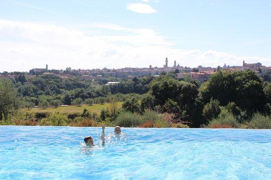 Podere La Strega: Pool mit Aussicht auf Siena