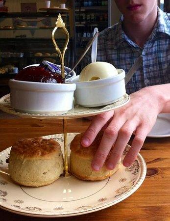 Tudors Cafe & Delicatessen: Devon cream tea - beautifully presented and absolutely delicious!