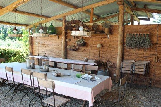 Podere La Strega: Frühstückstisch für alle, sehr atmosphärisch!