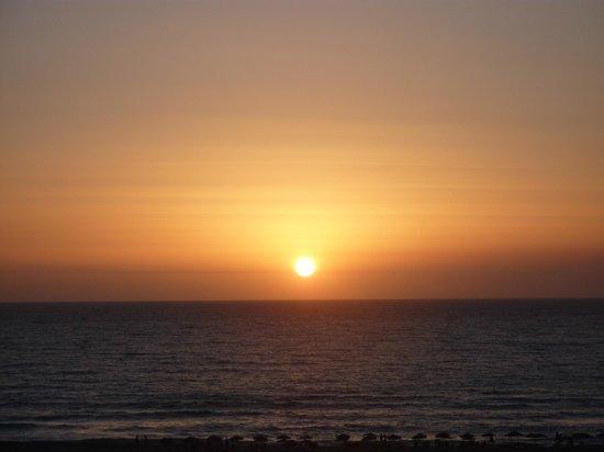 Panorama Tavern Falasarna: Il tramonto sulla spiaggia visto dalla terrazza del ristoramte