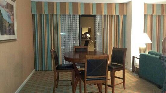 Doubletree Hotel Houston Downtown: Dinning room table.