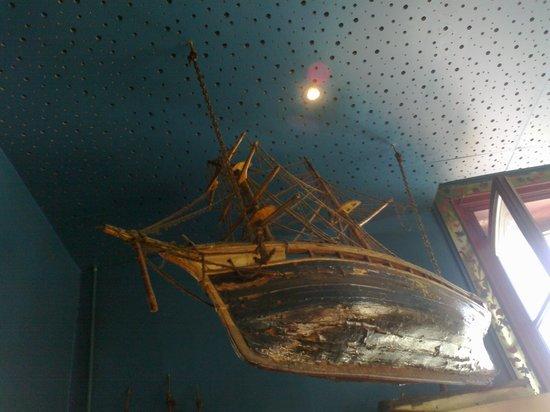Hotel Bellevue : plafond du bar,ici les bateaux cherchent les étoiles