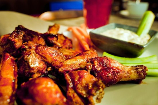 L T Evans Eatery & Drafthouse: Best wings in town! Every Monday is wing nite!