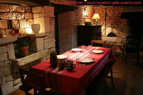 Les Gîtes du Mas d'Aspech dans le Lot en Quercy : la salle à manger du gite lot quercy location gite  www.location-gite-quercy.com