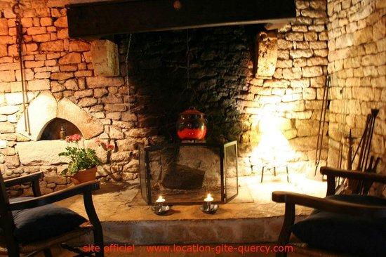 Les Gîtes du Mas d'Aspech dans le Lot en Quercy : la cheminée du gite lot quercy location gite  www.location-gite-quercy.com