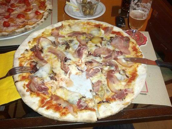 Pizza gigante pancetta coppata provola affumicata e radicchio - Foto ...