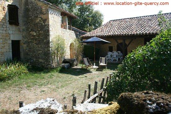 Les Gîtes du Mas d'Aspech : la cours jardin du gite la tuile à loup lot quercy location gite  www.location-gite-quercy.com