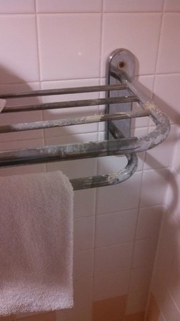 Days Inn Chambers AZ: Must have been heating chemicals under this towel rack