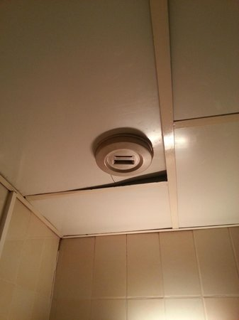 Hotel Little : ventola dell'aria rotta nel bagno senza finestre!