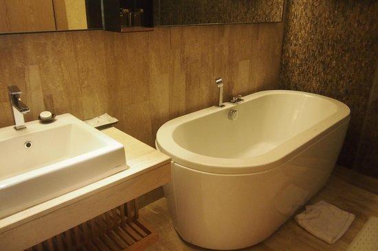 Arcadia Suites Bangkok by Compass Hospitality: Bathroom
